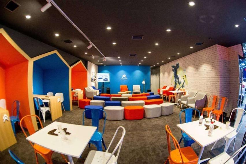 图片包含 室内, 天花板, 桌子, 橙子  描述已自动生成
