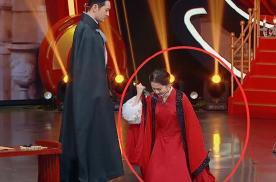 关晓彤穿古装演戏,却忘换高跟鞋,当她跪下的瞬间,观众愣了