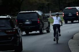 """美国女孩对总统""""竖中指"""",车队比结婚还长?网友:干得漂亮"""