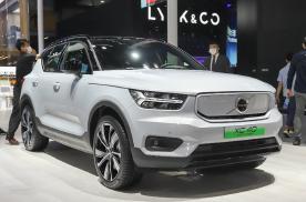 沃尔沃XC40新能源定位于紧凑型纯电动SUV,车身采用了双色