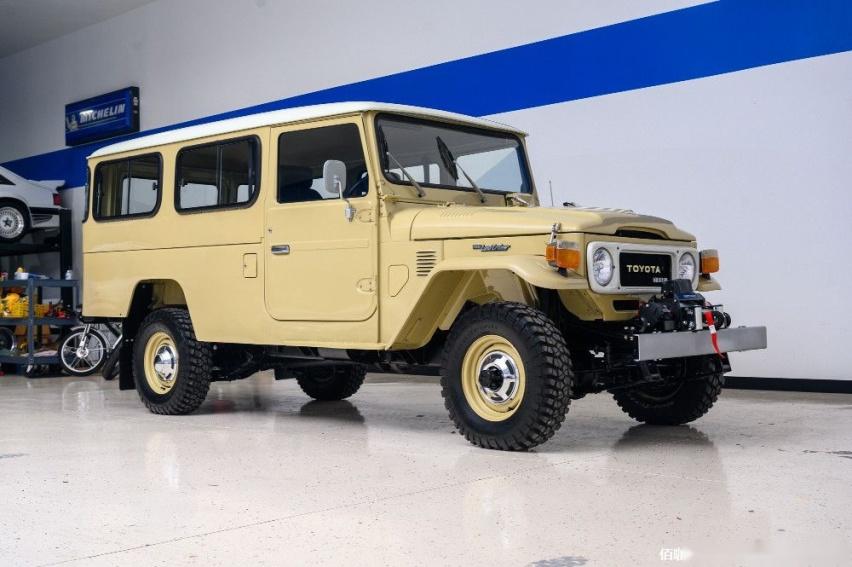 1980-toyota-land-cruiser-hj45-packs-modern-features-costs-more-than-a-lexus_1.jpg