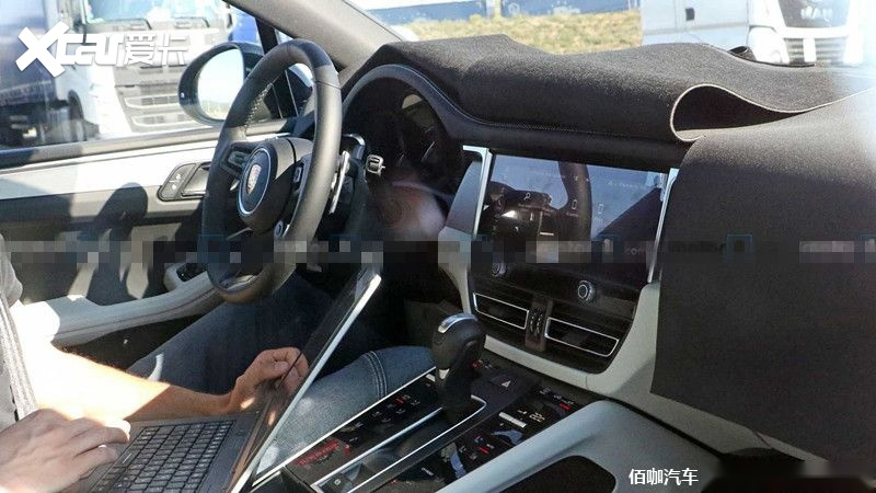 porsche-macan-second-facelift-spy-photo-interior.jpg