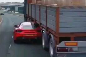 就为了避让下后面的警车?这操作够高超、够惊险!