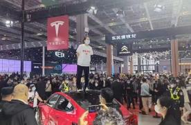 2021上海车展:女车主维权被强行拖走,特斯拉这么蛮横?