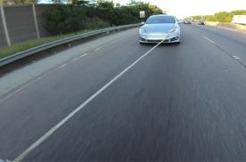 拖拽特斯拉Model S还能给车充电 速度可以媲美V2超充