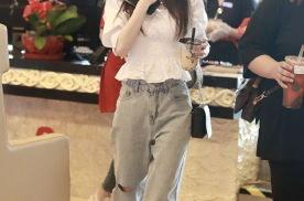 鞠婧祎穿白色唯美短上衣搭配浅色牛仔裤,秀发拂面,仙姿绰约