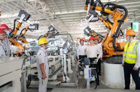 许家印视察恒大汽车生产基地