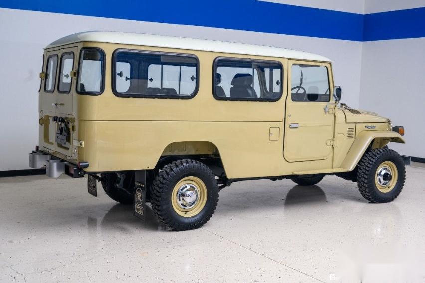 1980-toyota-land-cruiser-hj45-packs-modern-features-costs-more-than-a-lexus_5.jpg