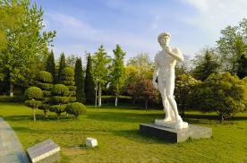 最美人间四月天,有福青年春游临沂雕塑公园