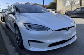 全新Model S实车曝光,矩形方向盘登场,整体风格极简化