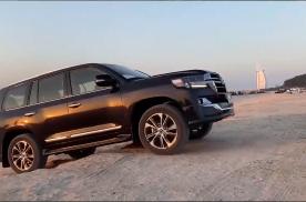 丰田兰德酷路泽迪拜沙滩玩越野,蠕行脱困太帅了