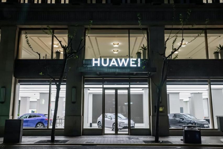 商店的玻璃窗上有贴商标  中度可信度描述已自动生成