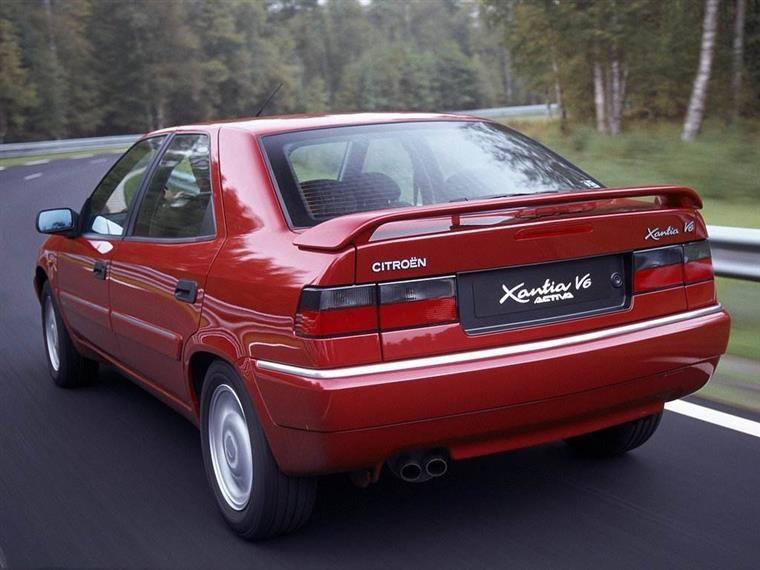 红色的汽车  描述已自动生成