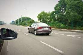 右侧超车属于违章,为何还有很多人这么做?原来这三种情况是例外