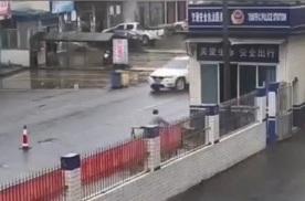 雨天路滑,男子骑车太快操作不当直接飞进派出所值班室