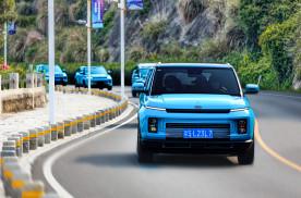 它将12万级燃油车做到了极致,透明底盘+油耗4.3L