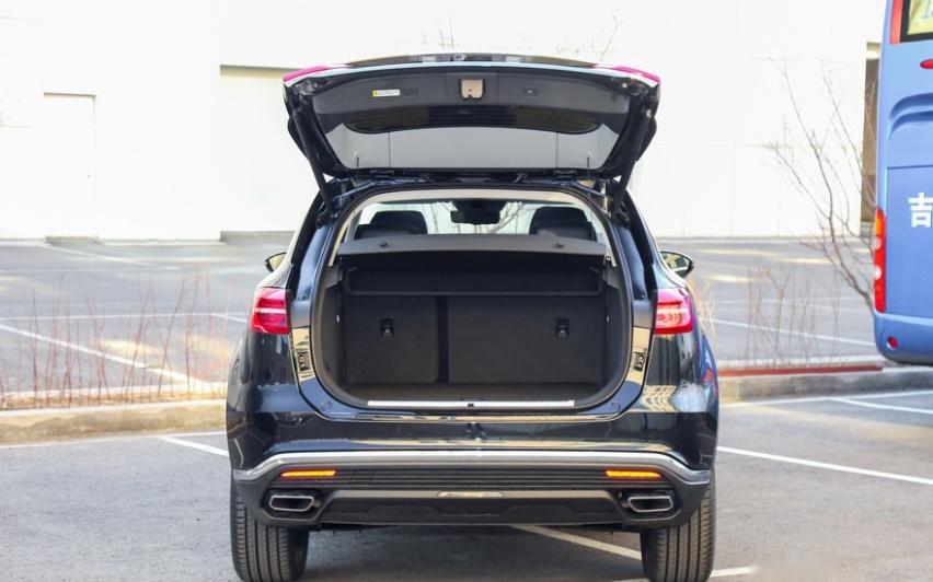 手握25万想买SUV,选合资豪华品牌,还是国产红旗HS5