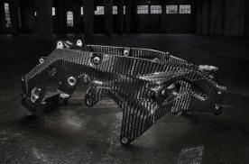 宝马摩托新专利取消摆臂枢轴 碳纤维后摇臂将成为车架的一部分